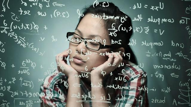 Eine Frau mit geschlossenen Augen. Vor ihr sind mathematische Formeln zu sehen.