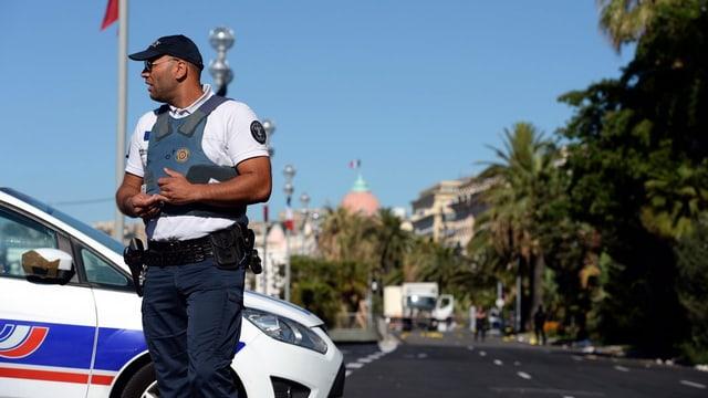 Scheint verunsichert: ein Polizist am Tatort.