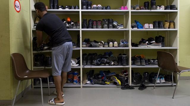 Blick auf ein volles Schuhgestelll in einer Unterkunft.