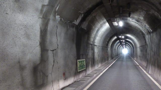 Tunnel cun sfessas en las paraids.