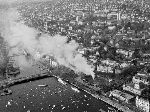 Historische Luftaufnahme zeigt den brennenden «Böögg» auf dem Zürcher Sechseläutenplatz.
