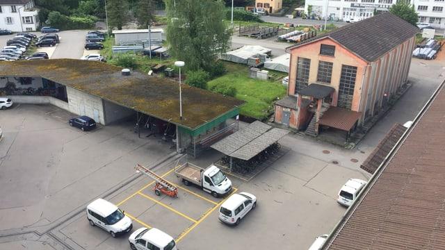 Grosses Areal mit Parkplätzen und Industriebauten