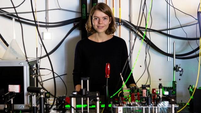 Eine junge Frau in einem Laboratorium.