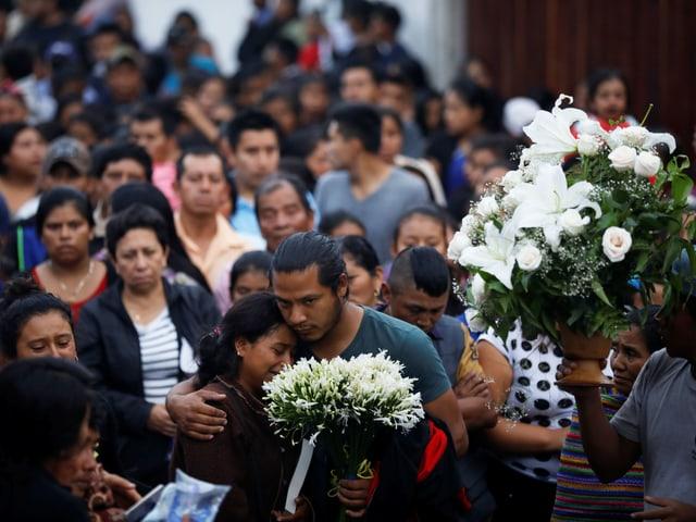 In Alotenango trauern Menschen um die vielen Opfer der Katastrophe. (reuters)