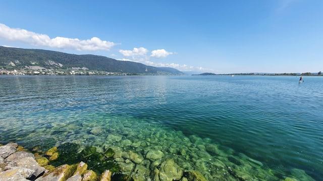 Kaiserwetter am Bielersee mit Quellwolken über dem Jura und etwas Bise auf dem See.