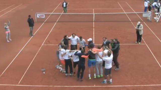 Leute auf Tennisplatz