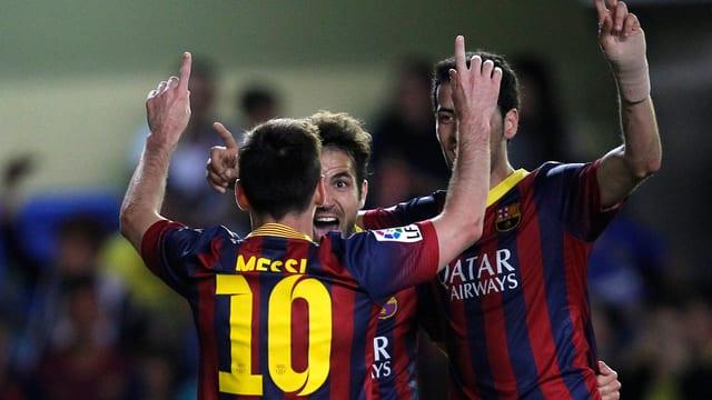 Lionel Messi, Cesc Fabregas und Sergio Busquets bejubeln den Treffer zum 2:2.