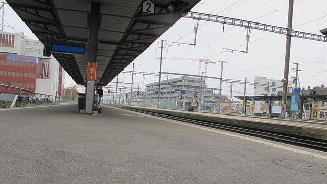 Leeres SBB-Perron am Bahnhof Aarau