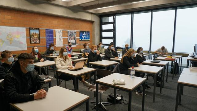 Die Schülerinnen und Schüler der Klasse 3NG der Kantonsschule Olten haben die Möglichkeit, sich mit «Kassensturz»-Moderator Ueli Schmezer auszutauschen, ...