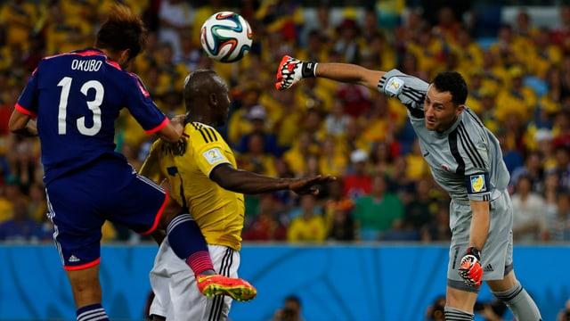 Ospina boxt einen Ball weg, ehe Okubo zum Kopfball kommt.