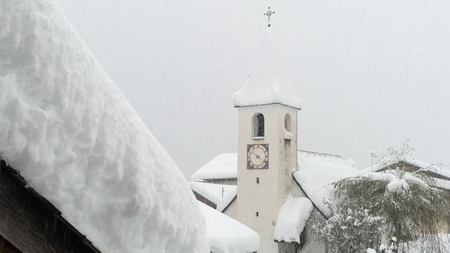 Verschneite Kirche im Münstertal.