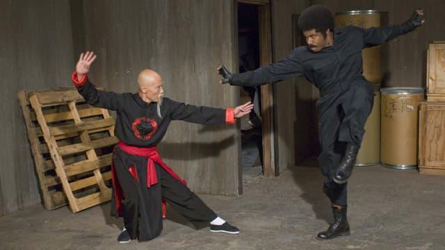 Ein Asiate misst sich mit einem Afroamerikaner im Kung Fu.