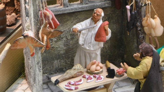 Der Stand des Metzgers mit Koteletten und Geflüge.