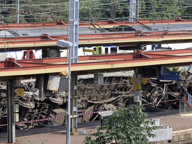 Um das Zugswrack am Bahnhof von Bretigny-sur-Orge von den Geleisen zu schaffen, wird es wohl einige Zeit dauern.
