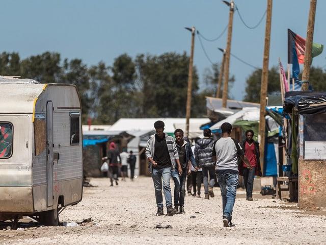 Junge Afrikaner in der Zeltstadt in Calais.