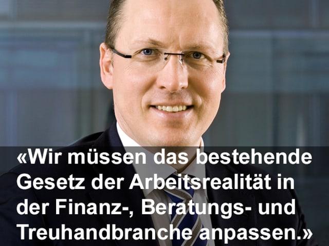 Zitat in weisser Schrift, dahinter das Porträtbild von Dominik Bürgy. Zitat: Wir müssen das bestehende Gesetz der Arbeitsrealität in der Finanz, Beratungs- und Freuhandbranche anpassen.»