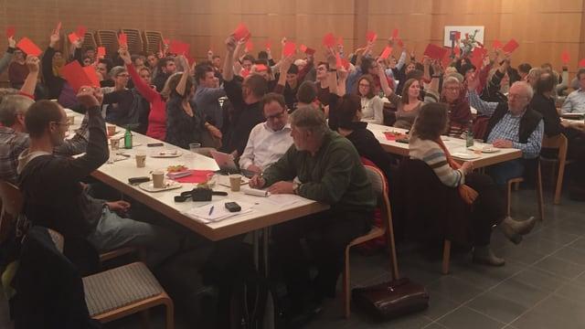 Delegierte stimmen mit einer roten Karte.