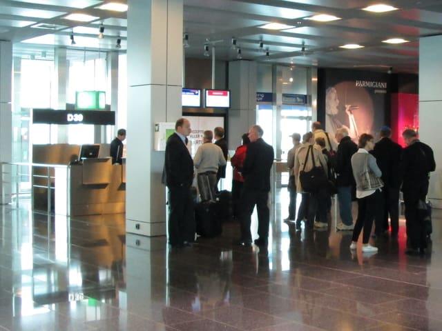 Die Passagiere warten am Gate, bis sie zum Boarding aufgerufen werden