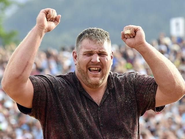 Christian Stucki bejubelt im Jahr 2017 seinen durchschlagenden Erfolg am Unspunnen Schwinget.