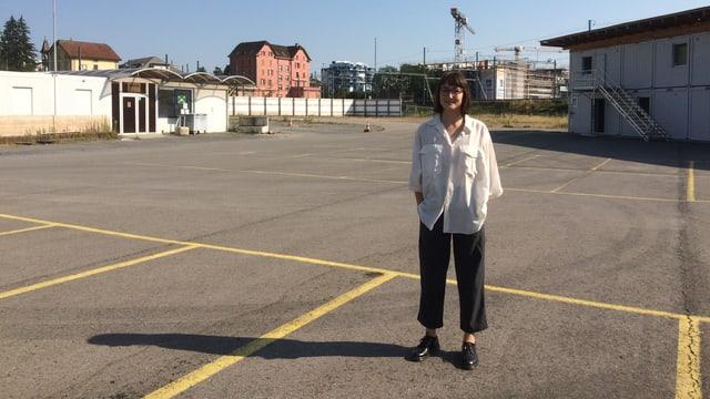 Francesca Blachnik vom Verein Platzhalter steht auf einer leeren Fläche am Seetalplatz. Ihr Verein soll den Platz mit Zwischennutzungen beleben, bis am Seetalplatz ein neues Quartier ensteht.