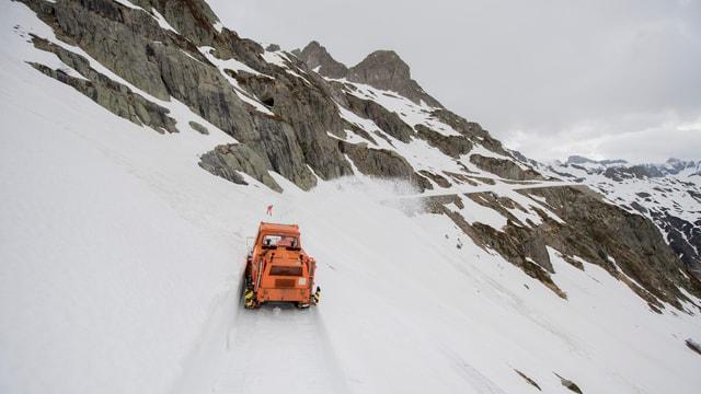 Räumungs-Fahrzeug am Sustenpass