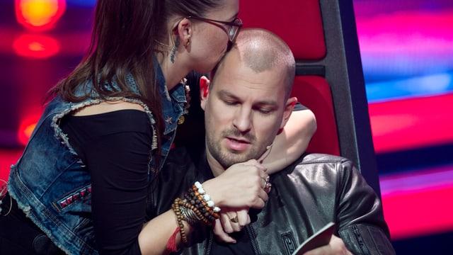 Stefanie Heinzmann küsst den Rapper auf seinen rasierten Kopf.