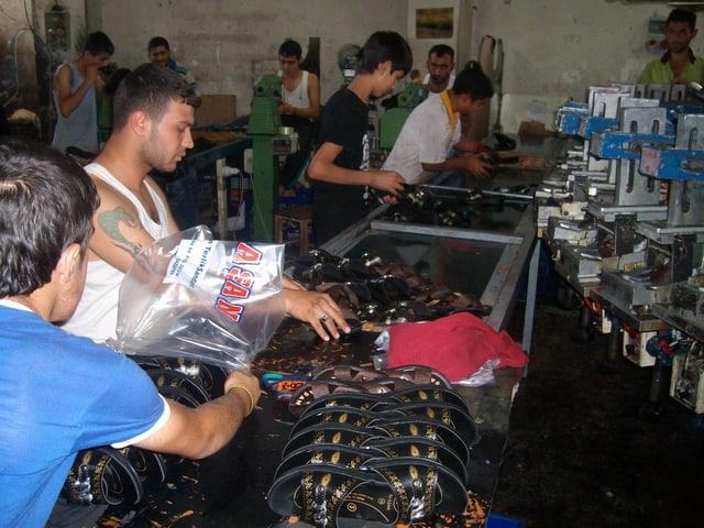 Fliessbandarbeiter in der Schuhfabrik in Gaziantep