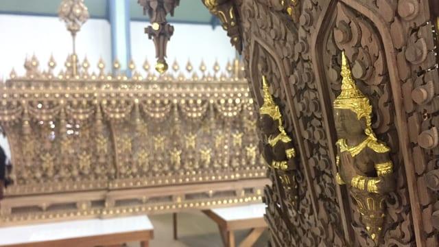 Schnitzereien, teilweise mit Gold verziert.
