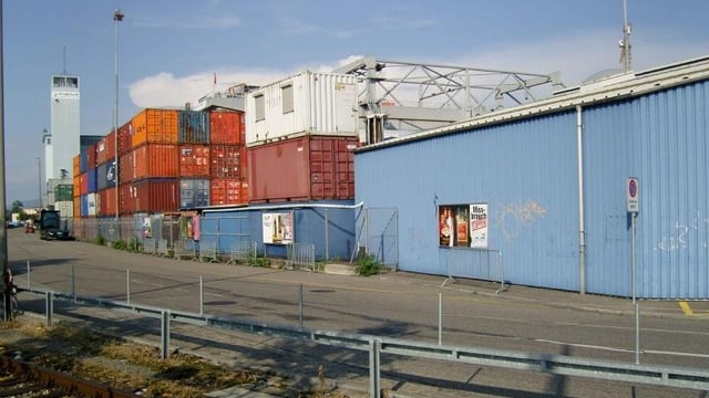 Containerterminal des Basler Rheinhafens mit vielen aufeinander gestapelten Containern