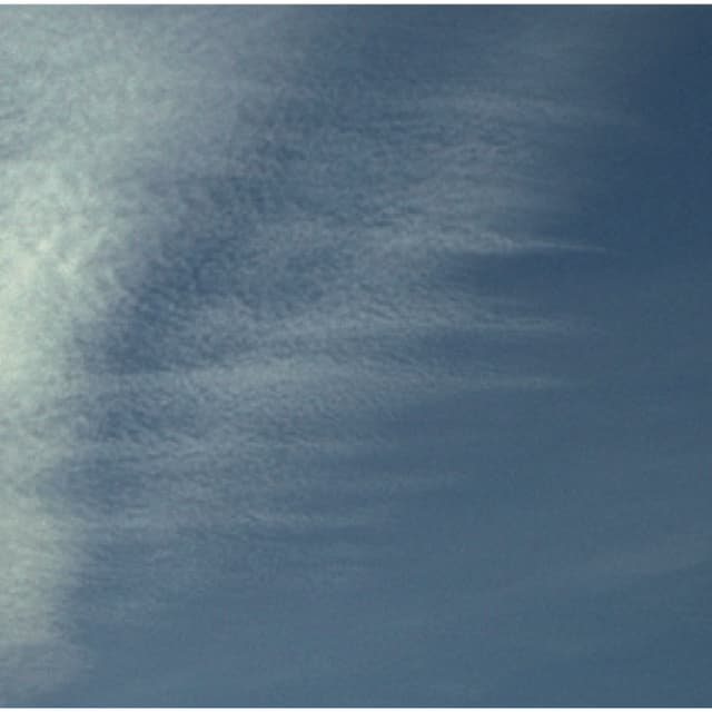 In der Höhe erkennt viele kleine, aufgehäufte Wolken. Sie erstrecken sich über eine grosse Fläche.