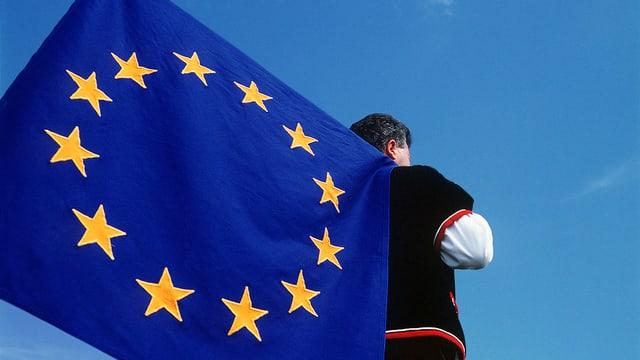 Symbolbild: Ein Fahnenschwinger in Sennentracht hat eine EU-Fahne auf der Schulter.