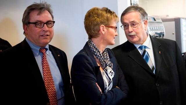 Urs Wüthrich steht links, in der Mitte Regierungsrätin Sabine Pegoraro und rechts steht Adrian Ballmer