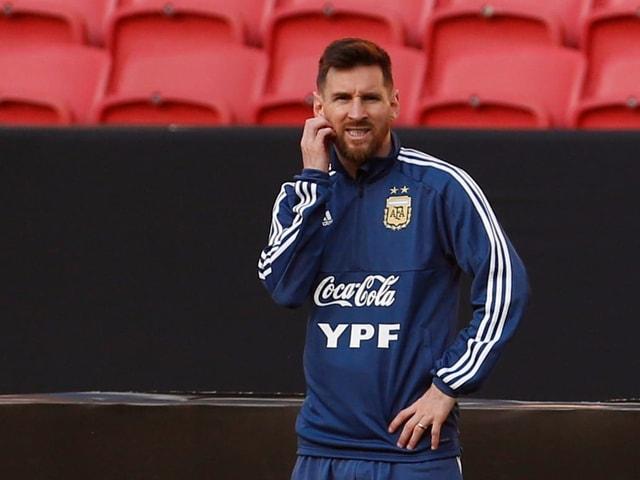 Lionel Messi kratzt sich am Bart.