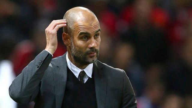 Pep Guardiola greift sich an den Kopf.