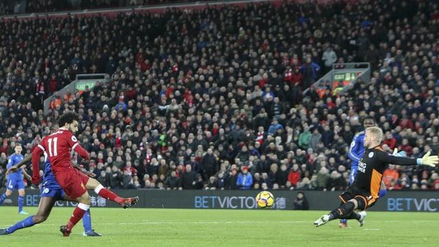 Salah bezwingt den Leicester-Goalie mit einem Schlenzer.
