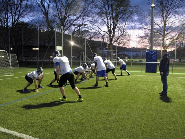 Trainer beobachtet Spieler beim Training.