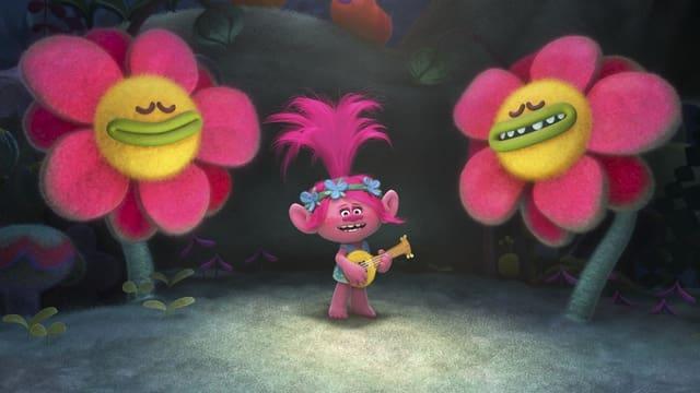 Poppy singt mit ihrer Gitarre in der Hand.