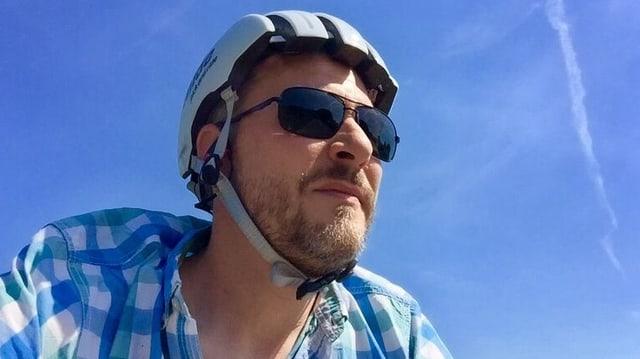 Mann mit Velohelm und Sonnenbrille
