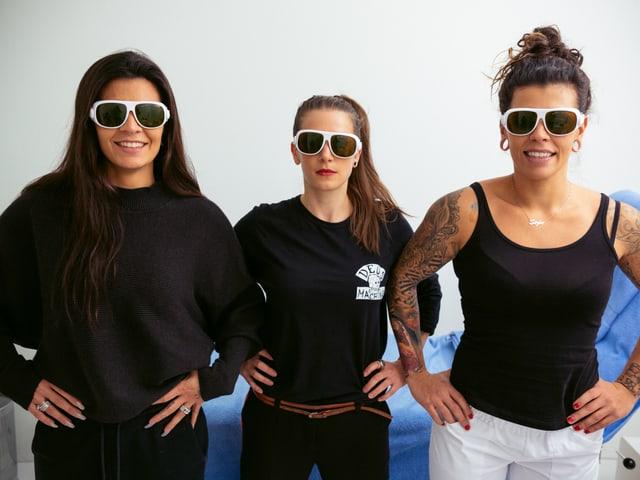 Diese Brillen muss man beim Lasern anziehen. Zum Schutz der Augen.