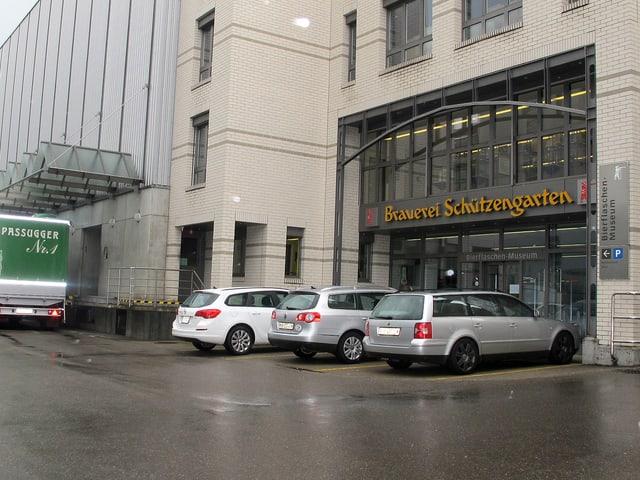 Gebäude mit Parkplätzen und Verladerampe