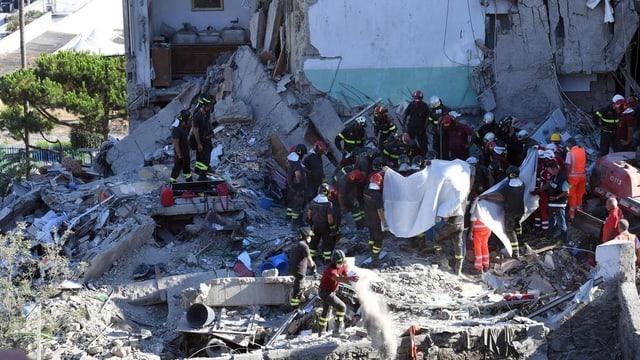 Pumpiers enqueran en il bajetg sbalunà a Torre Annunziata ils sparids.