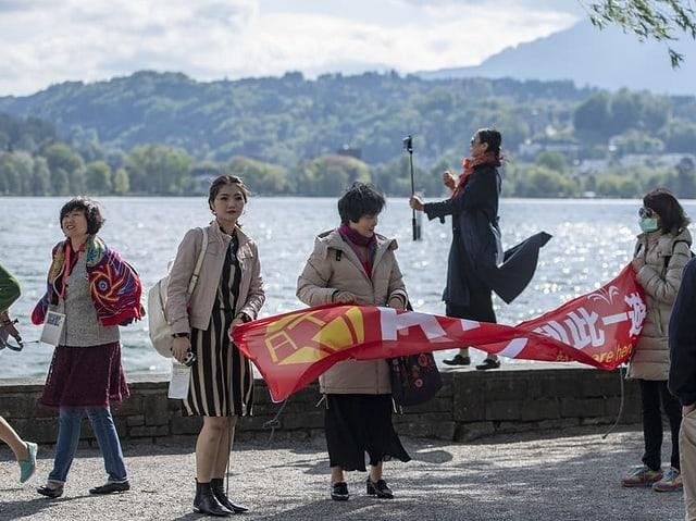Einzelne Touristinnen am See.