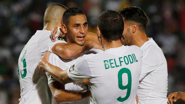 Die Algerien-Spieler feiern einen Treffer.