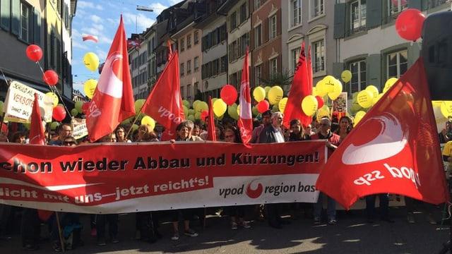 Demonstrierende mit Vpod-Transparenten in Liestal