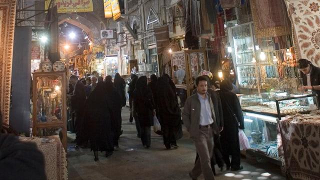 Menschen in einem Souk in Isfahan
