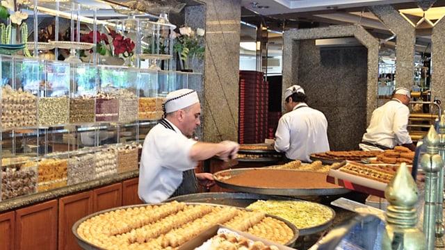 libanesischer Strassenhändler, der Essen zubereitet.