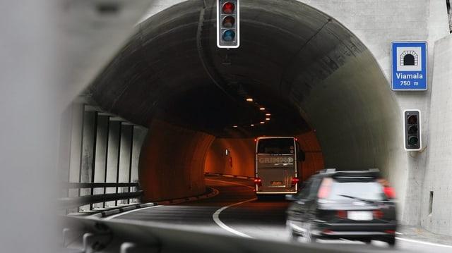 In auto charrescha en il tunnel dal Viamala