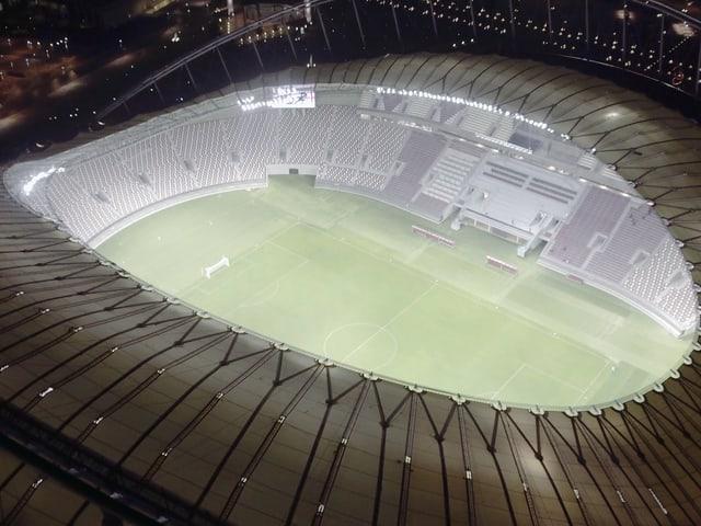 Blick von oben auf den von Flutlicht beleuchteten Innenraum des «Khalifa International Stadium»