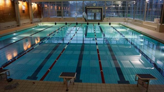 Schwimmbecken mit füfnf Bahnen
