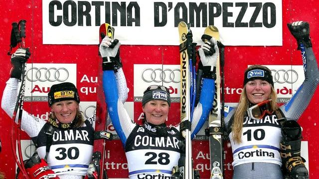 Am 17. Januar 2004 schafft Lindsey Vonn in der Abfahrt von Cortina erstmals den Sprung auf ein Weltcup-Podest.